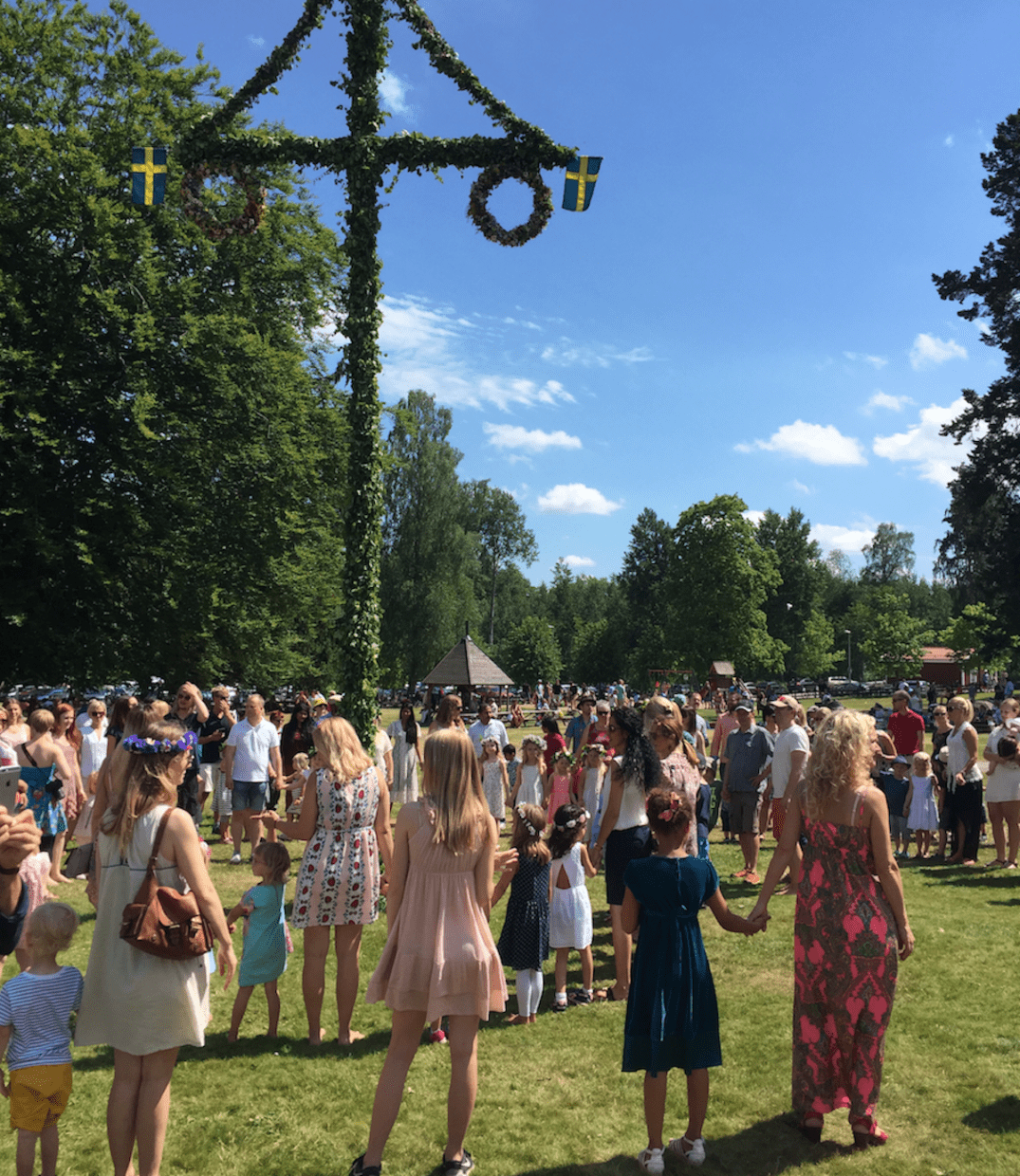 "Swedish midsummer celebration, Swedes dancing to ""små grodorna"""